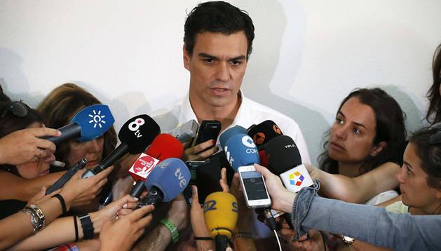 Pedro Sánchez, candidato a la secretaría general del PSOE, contesta a los periodistas tras votar