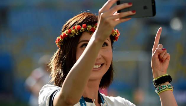 Una fan argentina se hace un selfie antes de un partido de su selección en el Mundial de Brasil