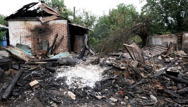 Una vivienda destruida por un proyectil en Maryinka, cerca de Donetsk