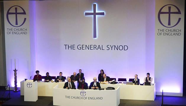 Miembros de la Iglesia Anglicana asisten a la sesión sínoda de la misma que discutió y votó el acceso de las mujeres al episcopado en el Sínodo General de los anglicanos