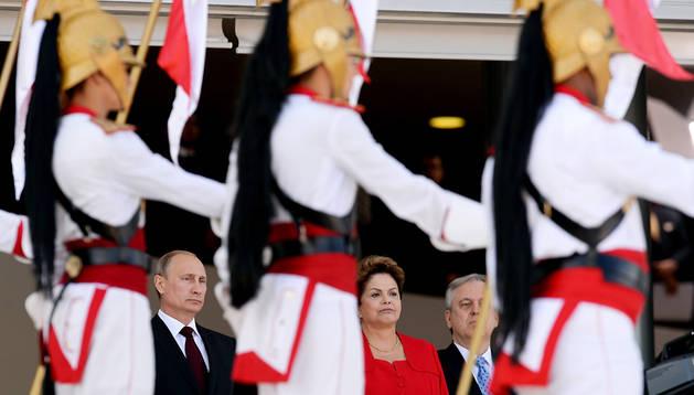 La presidenta de Brasil, Dilma Rousseff (centro) junto al presidente ruso, Vladimir Putin (izda.) durante un desfile
