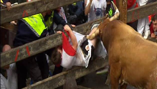'Olivito', embistiendo a un mozo contra el vallado de Mercaderes
