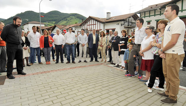 Familiares y autoridades en un momento del responso, oficiado por Ander Guillegui