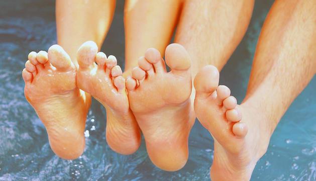 Los expertos recomiendan usar chanclas o calcetines en piscinas públicas y gimnasios para evitar contagios