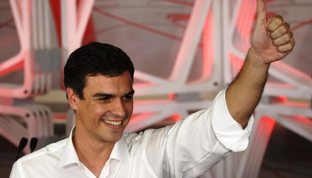 Pedro Sánchez saluda tras ganar la consulta entre las bases del PSOE para ser el nuevo secretario general de los socialistas