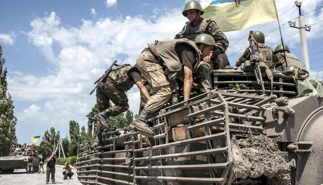 Soldados ucranianos sobre un vehículo blindado