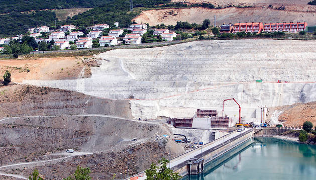 Vista general de las dos urbanizaciones (Lasaitasuna a la izda. y Mirador de Yesa a la dcha.) sobre la presa del embalse, en la ladera que se deslizó, y que el Estado opta por expropiar.