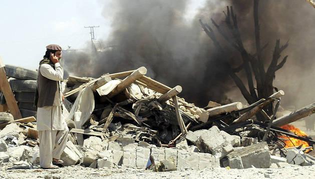 Un afgano habla por teléfono en la zona devastada por el atentado