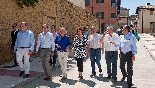 Las autoridades visitan las obras acometidas en la calle Mayor de Carcastillo.