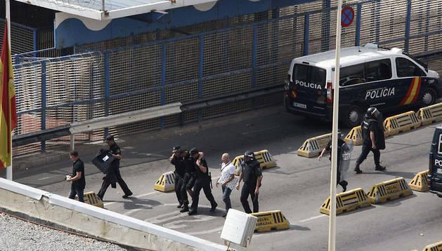 Uno de los agentes de la Policía Nacional de Ceuta que han resultado heridos.