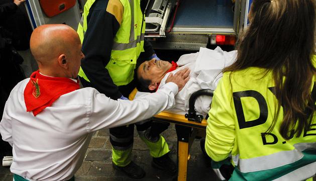 Dos miembros de DYA atienden a un herido en el encierro del día 14.