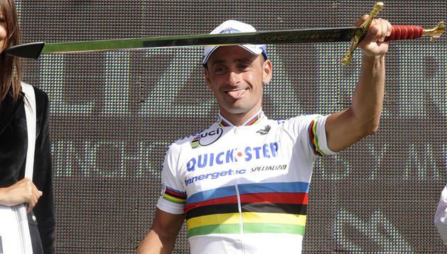 Paolo Bettini, ciclista excampeón del mundo, con una espada toledana