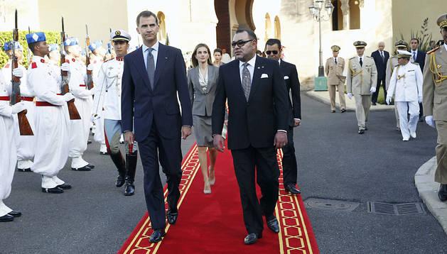 El Rey de Marruecos, Mohamed VI, con los Reyes Felipe VI y Letizia a su llegada al Palacio Real de Rabat