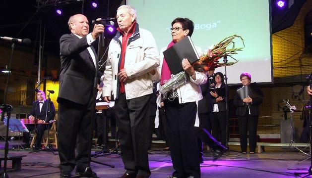 Julián Aranaz, en el centro, junto a su esposa Ángeles Cambra.