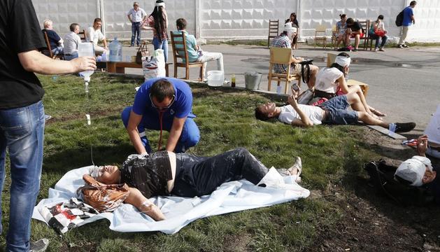 Un paramédico atiende a una persona herida en el accidente de metro
