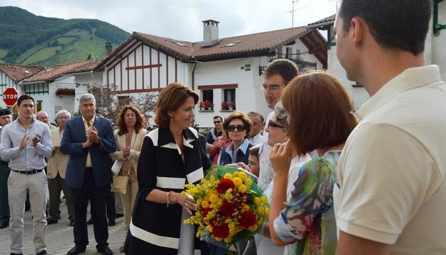 Yolanda Barcina entrega un ramo de flores a la viuda de José Javier Múgica, Reyes Zubeldia, durante el homenaje de este lunes