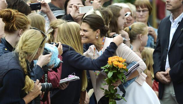 Victoria de Suecia saluda a sus conciudadanos.