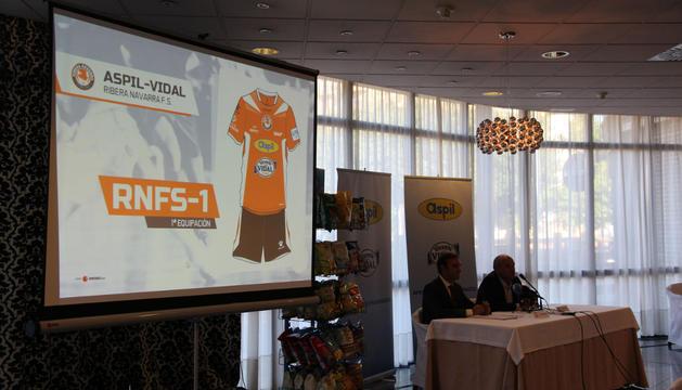 José Luis Ruiz, presidente del club; y Santiago Sala, director de Aperitivos y Extursionados, presentaron la nueva equipación.