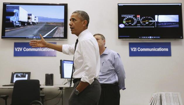 Barack Obama realiza una visita al centro Turner-Fairbank de investigación para autopistas.