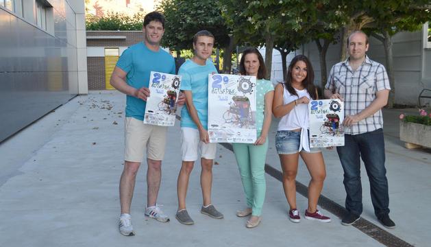 Cuatro de los seis organizadores de CallejeArte con los carteles promocionales: Quique Zudaire Rodríguez; Jesús Vilchez Quesada; Ángela Herrera Muñoz; Edurne Vidondo Ochoa y Miguel Virto Resano.