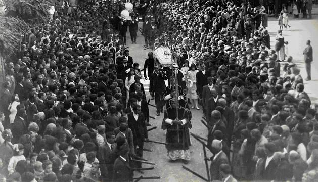 Salida de los féretros de la plaza de los Fueros hacia la catedral para celebrar el funeral