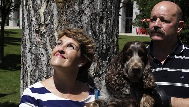 Mª Carmen Forés, su marido Ignacio Garriz y Cocke, mascota que les acompaña desde hace 7 años