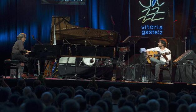 El pianista gadiatano Chano Domínguez y el guitarrista Niño Josele durante su concierto en la segunda jornada de la 38 edición del Festival de Jazz de Vitoria, que se prolongará hasta el próximo sábado.