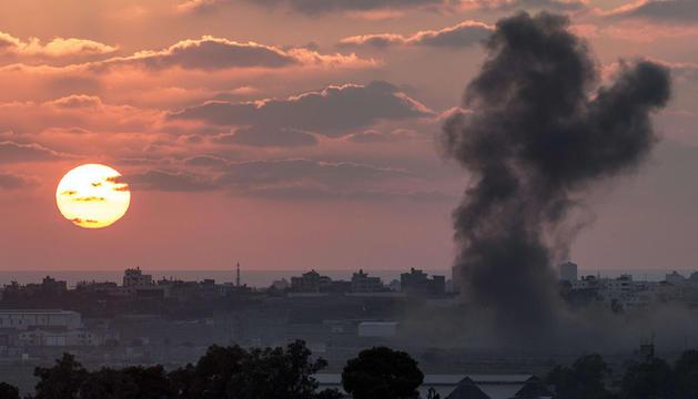 La franja de Gaza bajo el humo de bombardeos este jueves.