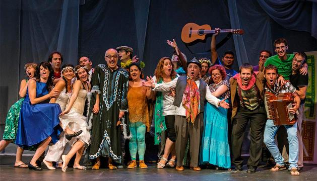 Uno de los últimos ensayos antes de llevar a escena El sueño de una noche de verano tuvo lugar anteayer, martes, ya con parte del vestuario de la representación.