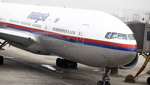 Imagen de marzo de 2014 de un avión Boeing 777-200 de la aerolínea Malasia Airlines en la pista del aeropuerto de Pekín