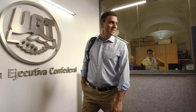 El ganador de la consulta a la secretaría general del PSOE, Pedro Sánchez, que continúa la ronda de contactos, a su llegada a la sede de UGT, en Madrid.