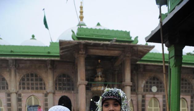 Rehan Shaikh (izquierda), 8 años, y su hermana Zeba Shaikh, 10años, en su primer día completo de Ramadán