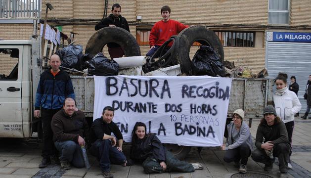 Grupo de voluntarios medioambientales tras una de las recogidas de basura por las afueras de Lodosa.