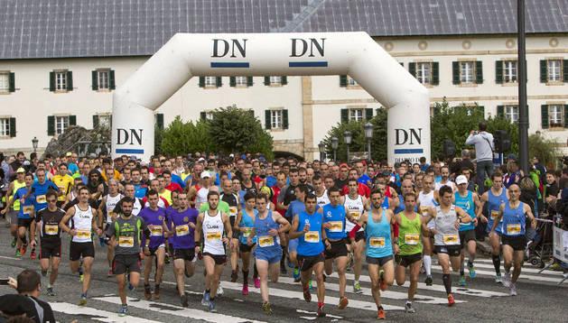 Los corredores, en la salida de la Roncesvalles-Zubiri 2013