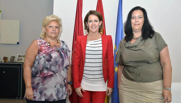 Barcina, en el centro, junto con Ángeles Pedraza (izda) y Maite Araluce (dcha)