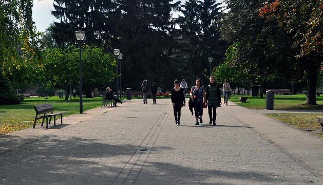 Un grupo de personas pasea por la Ciudadela