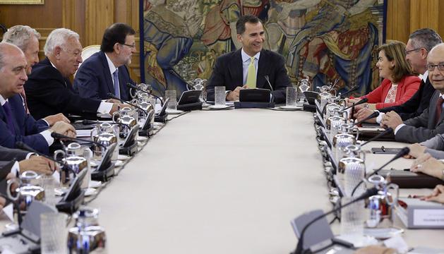 El Rey presidió este viernes vez primera una reunión del Consejo de Ministros, celebrada en el Palacio de la Zarzuela con carácter deliberante.