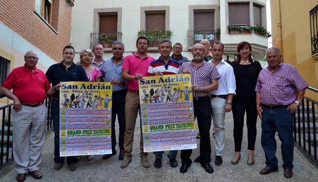 Ganaderos, empresario, alcalde y socios del club con los carteles de la feria taurina de San Adrián.
