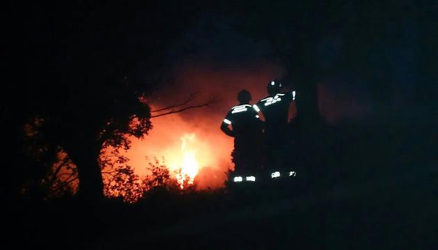 Bomberos forestales trabajan en el lugar del incendio