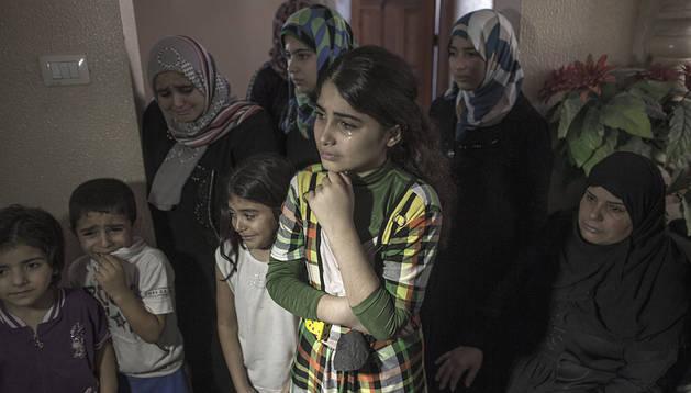 Familiares de Razel, la bebé fallecida en Rafah, lloran durante su funeral