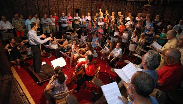 Un momento del canto de la novena a Santa Ana con el director del coro, José Mari Lafuente dirigiendo, a la izquierda.