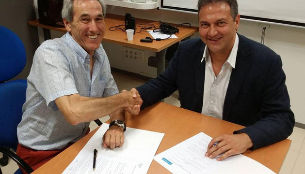 Luis Cacho (derecha) y Luis M. Aoiz, presidentes de Fundación Promete y de Navarra Coaching, respectivamente, durante la firma del convenio