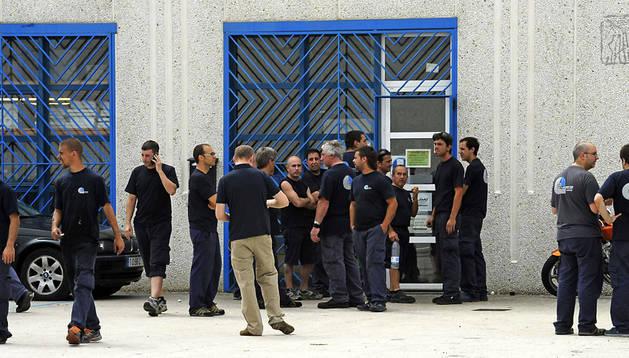 Trabajadores de la empresa Turbo Motor Inyección permanecen a las puertas de la fábrida tras ser desalojados debido al incendio