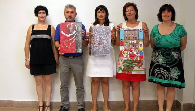 La comisión de Cultura muestra los carteles ganadores. De izda. a dcha., el segundo clasificado, el ganador y el infantil.