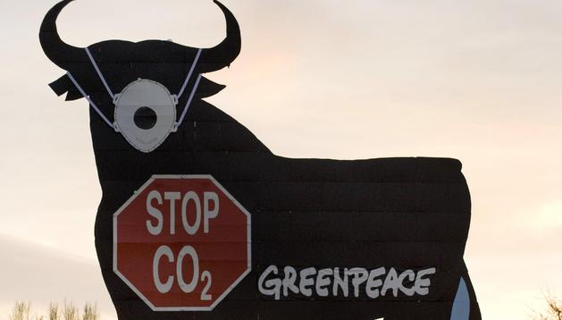 Greenpeace pintó en 2008 al mítico toro de Osborne de Madrid para protestar por la contaminación