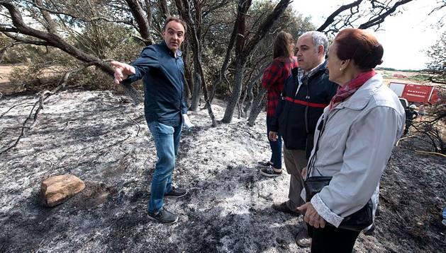 El consejero José Javier Esparza, en la zona afectada por el fuego en Ujué