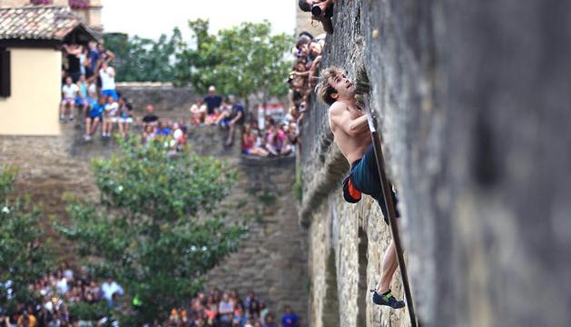 El escalador californiano Chris Sharma se acerca a lo alto del puente románico