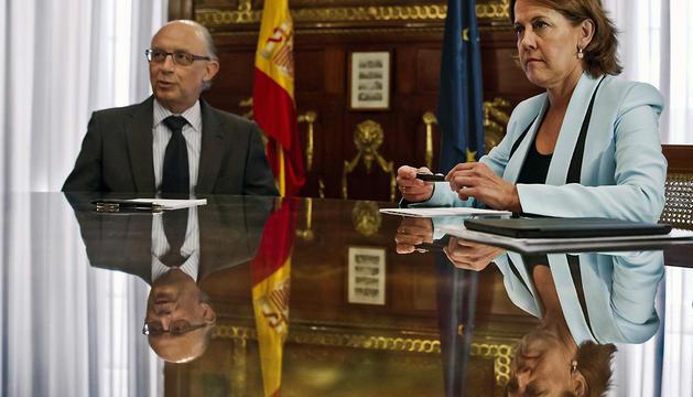 El ministro Cristóbal Montoro y la presidenta Yolanda Barcina, durante la reunión de este lunes