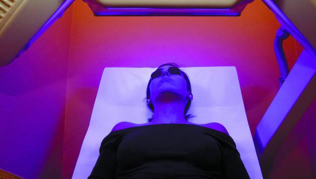 Una mujer recibe bronceado en un solárium