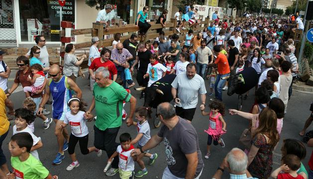 En la foto, el tramo del encierro de la Avda. de Zaragoza repleto de niños, acompañados de muchos padres, corriendo ante los toros simulados.